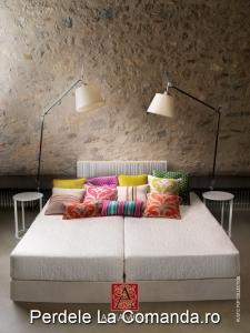 PxxA017-perne-decorative-dormitor-model-dungi-abstract-buline-rosu-portocaliu-roz-albastru-verde-mov