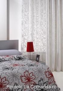 perdele_dormitor_alb_model_floral